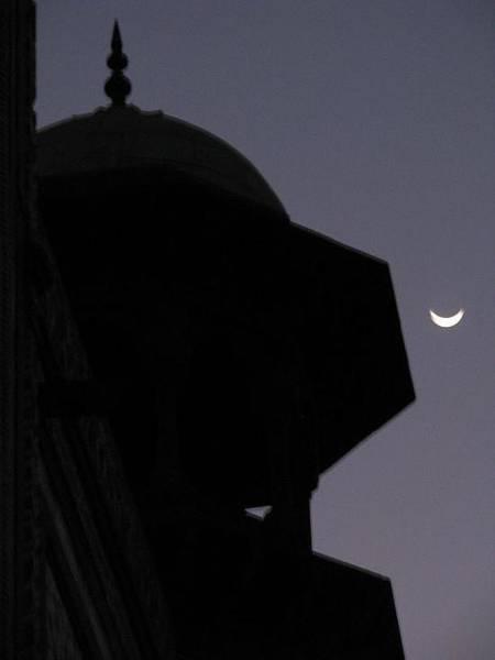 Photograph - The Moon At The Taj Mahal by Duncan Davies