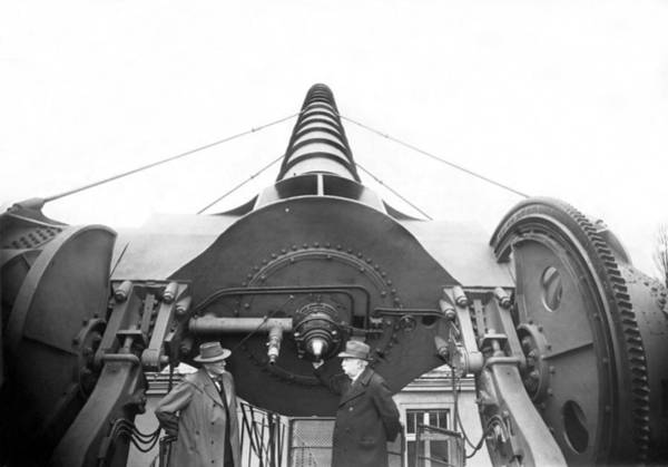 Wall Art - Photograph - The Treptow Giant Telescope by Underwood Archives