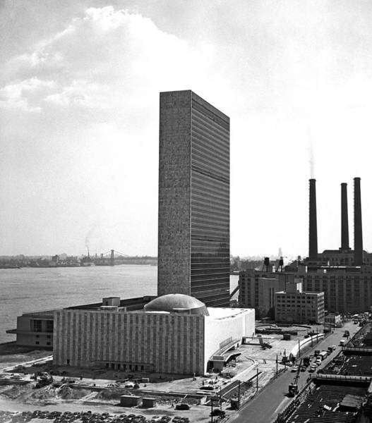 Wall Art - Photograph - Un Building Under Construction by Underwood Archives