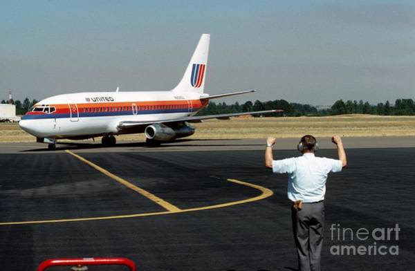 Photograph - United 737 Arrives In Salem by James B Toy