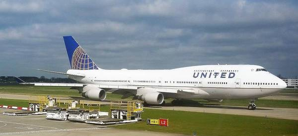 Photograph - United Airlines Boeing 747-400 by Jamie Baldwin