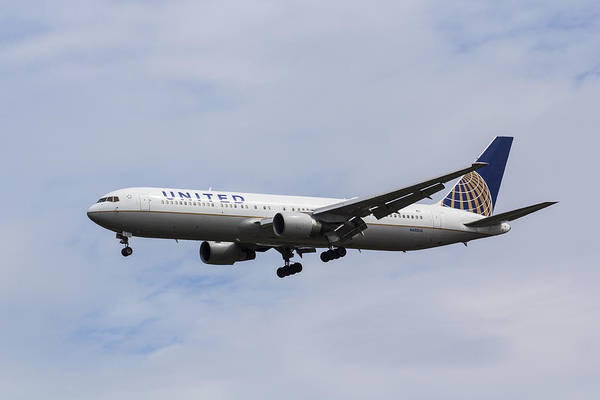 United Airlines Wall Art - Photograph - United Airlines Boeing 767 by David Pyatt
