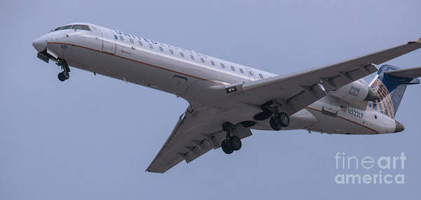 Photograph - United N522lr On Final Approach by Dale Powell