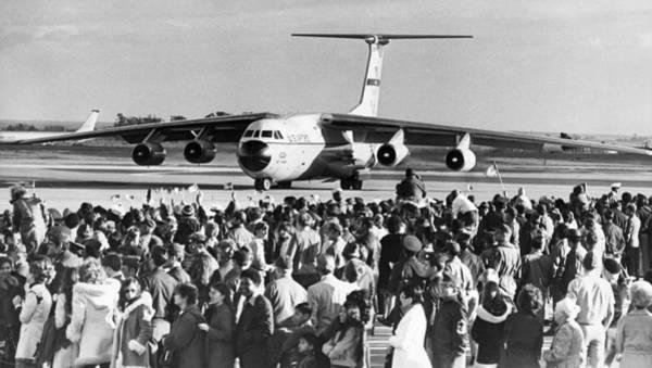 Photograph - Vietnam Pows Arrive by Underwood Archives