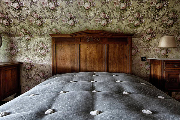 Roms Photograph - Vintage Bed Room With Retro Wall Paper by Dirk Ercken