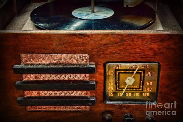 Wall Art - Photograph - Vintage Radio by Paul Ward