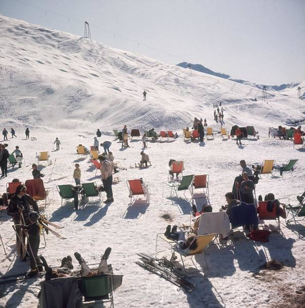 Group Of People Photograph - Skiers At Verbier by Slim Aarons