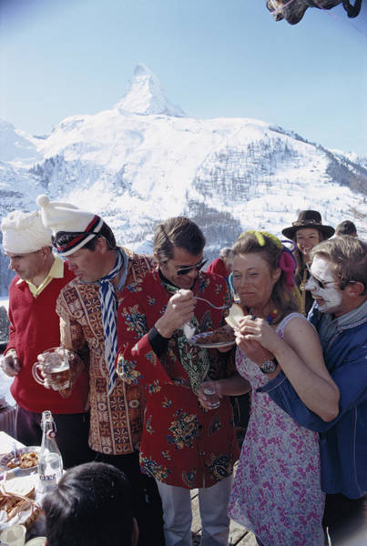 People Photograph - Zermatt Skiing by Slim Aarons