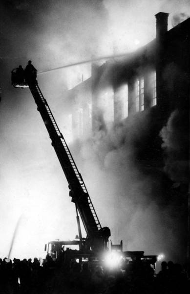 Inferno Wall Art - Photograph - An Estimated 60 Million People Watching by New York Daily News Archive