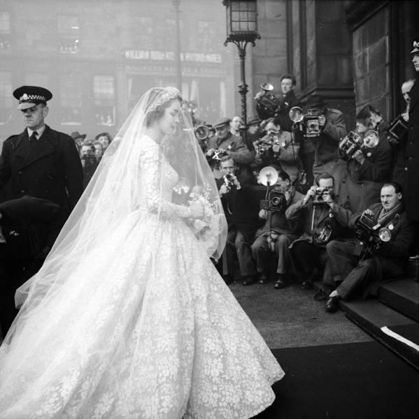 Church Of Scotland Wall Art - Photograph - Bride Arrives by Bert Hardy