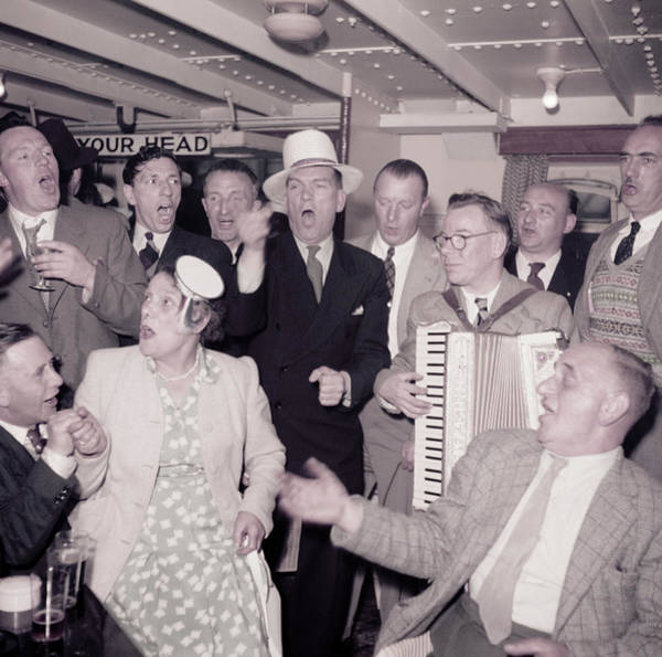 Southend Photograph - Cockney Day-trippers by Bert Hardy