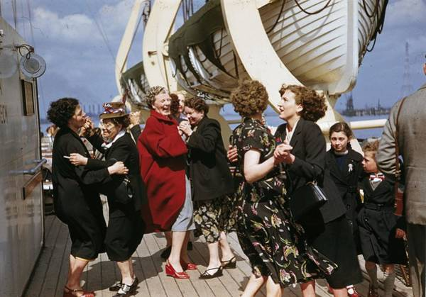 Southend Photograph - Dancing Ladies by Bert Hardy