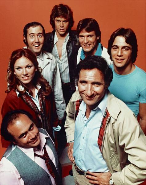 Danny Devito Wall Art - Photograph - Danny Devito , Jeff Conaway , Tony Danza , Judd Hirsch And Marilu Henner In Taxi -1978-. by Album
