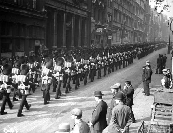 British Armed Forces Photograph - Guards In City by Fox Photos