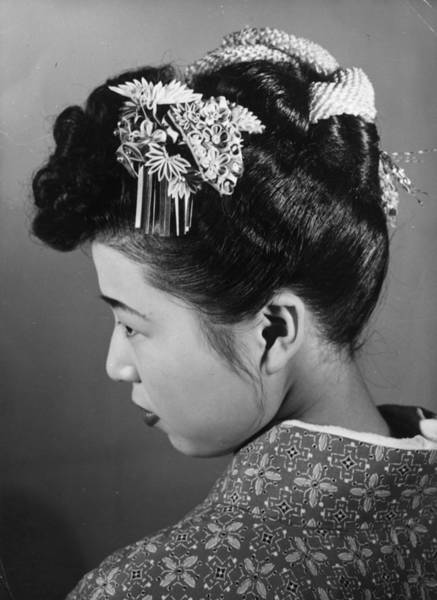 Hairstyle Photograph - Hair Ornament by Central Press