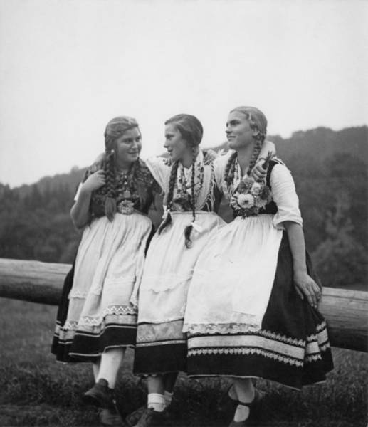 Apron Photograph - Hessian Girls by Fpg
