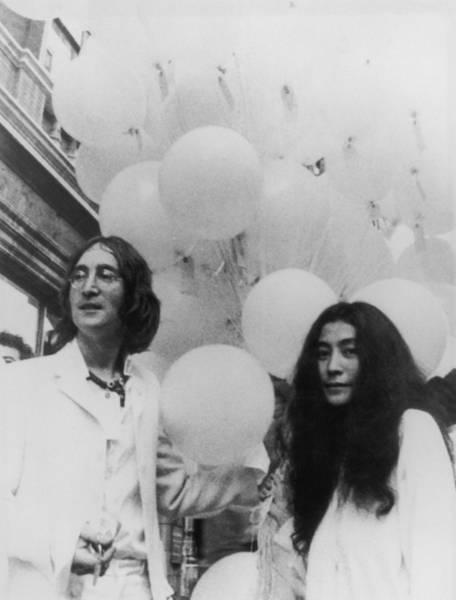 John Lennon Photograph - John, Yoko And Balloons by Keystone Features