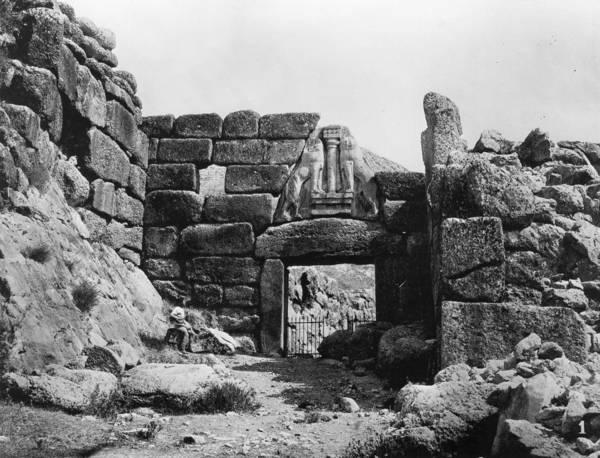 Lion Statue Wall Art - Photograph - Lion Gate by Hulton Archive