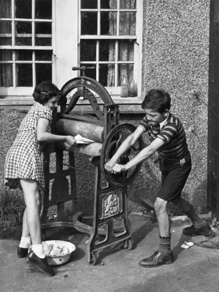 Pulling Photograph - Mangling The Washing by Kurt Hutton
