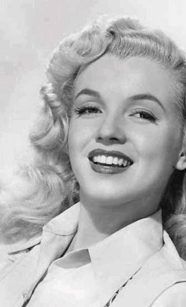 Wall Art - Photograph - Marilyn Monroe 18 by James Turner