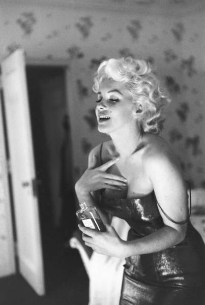 Marilyn Monroe With Chanel No. 5 Art Print