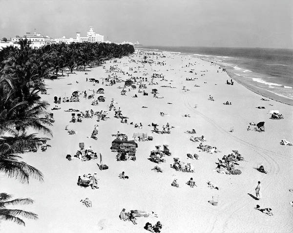 Photograph - Miami Beach 1940 by Keystone-france
