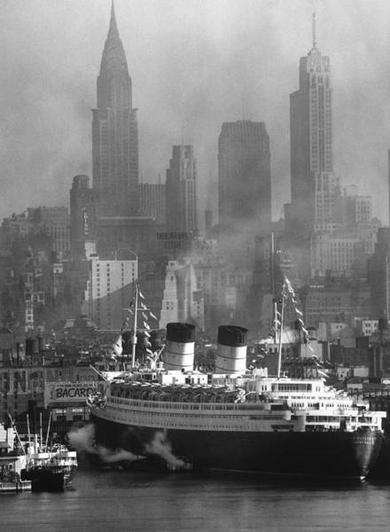 Landscape Photograph - Ocean Liner Queen Elizabeth Sailing In by Andreas Feininger