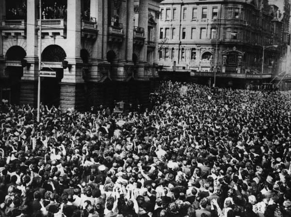 Central Australia Photograph - Oz Beatles Crowd by Central Press