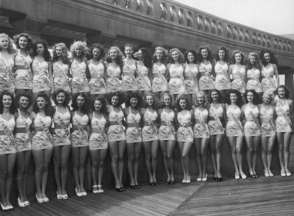 Contest Photograph - Pageant Pose by Hulton Archive