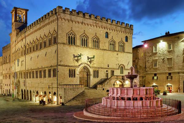 Photograph - Palazzo Dei Priori And The Fontana Maggiore by Fabrizio Troiani