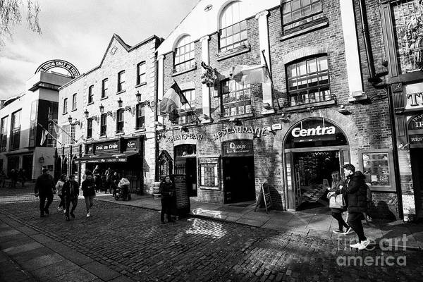 Wall Art - Photograph - quays bar and restaurant in temple bar square Dublin Republic of Ireland Europe by Joe Fox