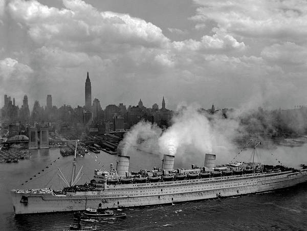 Photograph - Queen Mary Entering New York Harbor, 1945 by Doc Braham