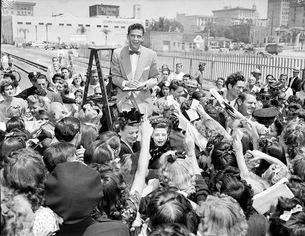 Ladders Photograph - Sinatra Signs Autographs by Gene Lester
