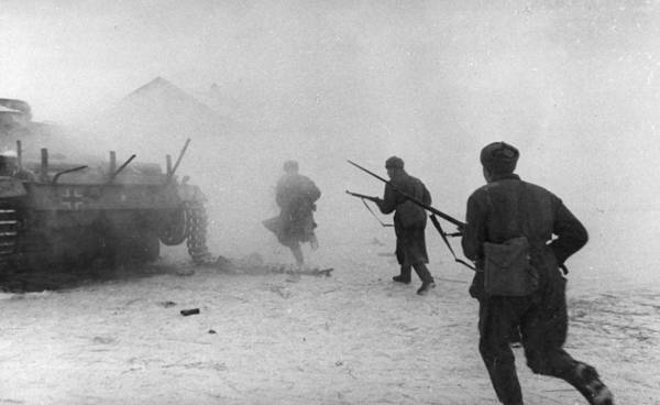 Armored Vehicle Photograph - Soviet Counter-attack by Hulton Archive
