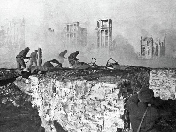 Painting - Soviet Soldiers Advancing On German Positions At The Battle Of Stalingrad, 1942 by Celestial Images