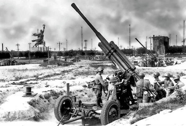 Painting - Soviet Soldiers Man A 85 Mm Air Defense Gun M1939 52-k In Moscow During The Battle Of Moscow. In T by Celestial Images
