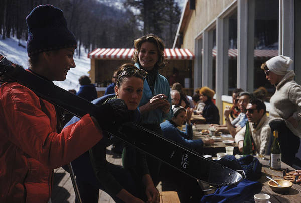 Socialite Photograph - Sugarbush Skiers by Slim Aarons
