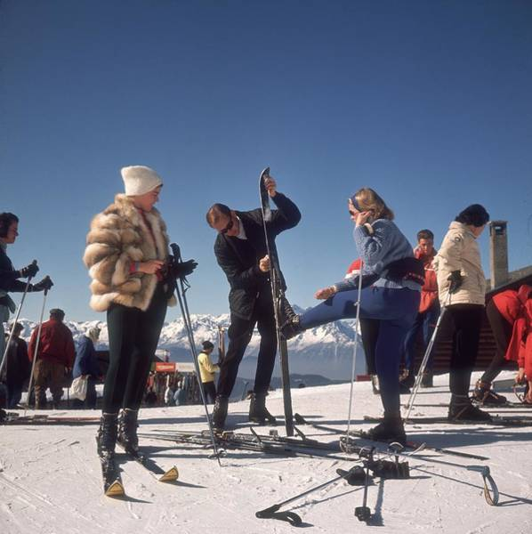 Color Image Photograph - Verbier Skiers by Slim Aarons
