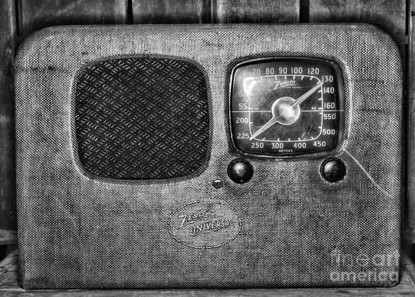 Wall Art - Photograph - Vintage Zenith Universal Vacuum Tube Radio Black And White by Paul Ward