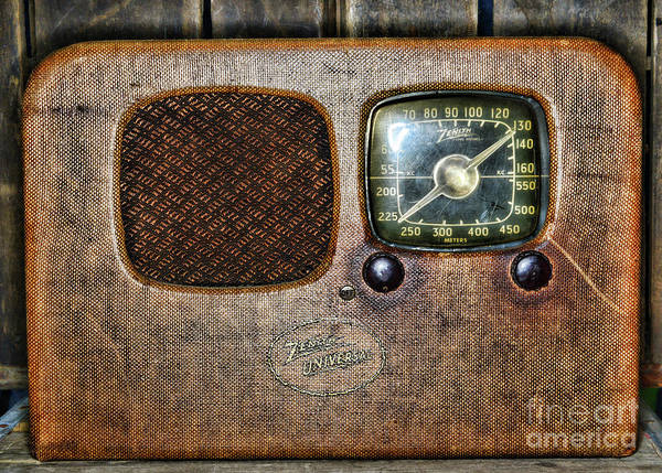 Wall Art - Photograph - Vintage Zenith Universal Vacuum Tube Radio by Paul Ward