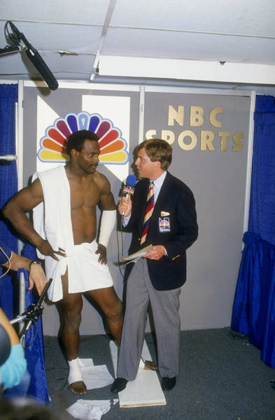 Super Sport Photograph - Walter Payton Talks To Reporter Bob by Mike Powell