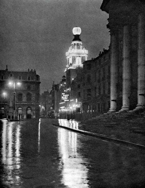 Art Prints Photograph - Wet Weather In Trafalgar Square by Print Collector
