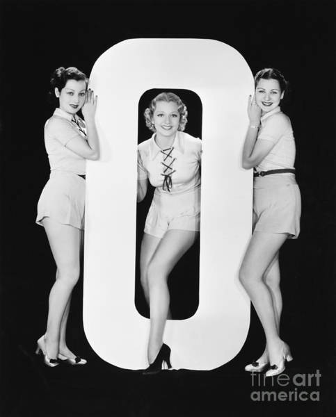 Wall Art - Photograph - Women Posing With Huge Letter O by Everett Collection