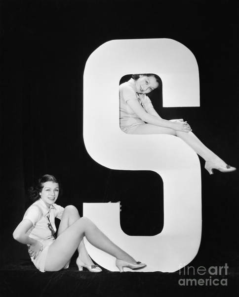 Two Friends Wall Art - Photograph - Women Posing With Huge Letter S by Everett Collection