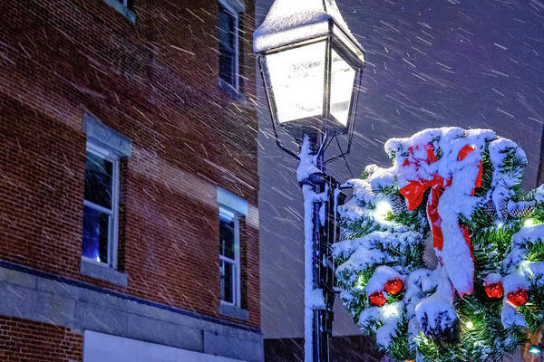 Photograph - Wreath On A Lamp Post by Jeff Sinon