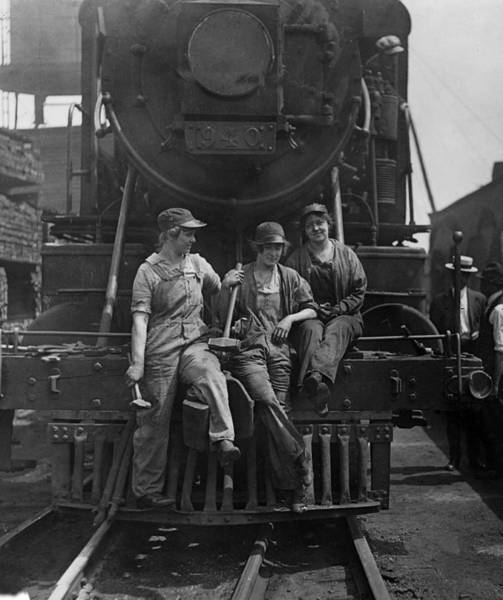 Photograph - Wwi, Women Laborers, 1918 by Science Source