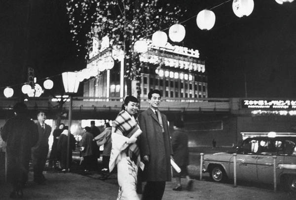 Ginza Wall Art - Photograph - Young Couple Strolling In The Ginza Area by John Dominis