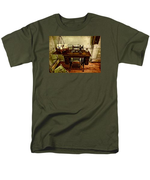 Vintage Singer Sewing Machine Men's T-Shirt  (Regular Fit) by Judy Vincent