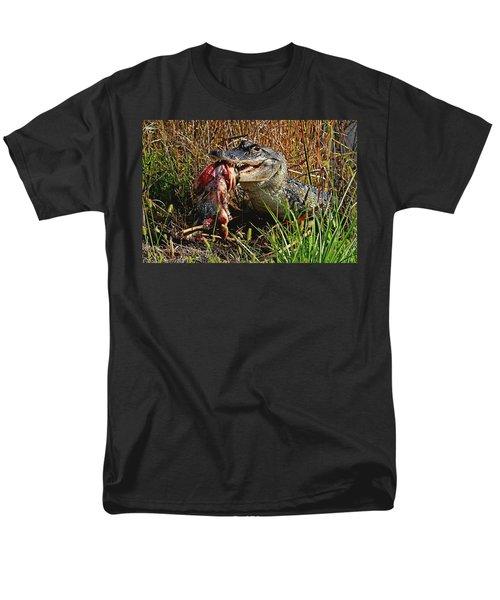Alligator Eating A Fish Men's T-Shirt  (Regular Fit)