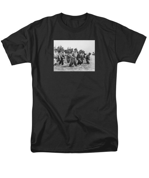 General Douglas Macarthur Returns Men's T-Shirt  (Regular Fit)